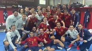 Los jugadores de España posan en el vestuario tras el 6-0 a Alemania.