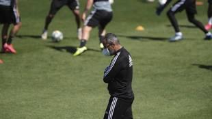 Álvaro Cervera pensativo en el entrenamiento del Cádiz CF