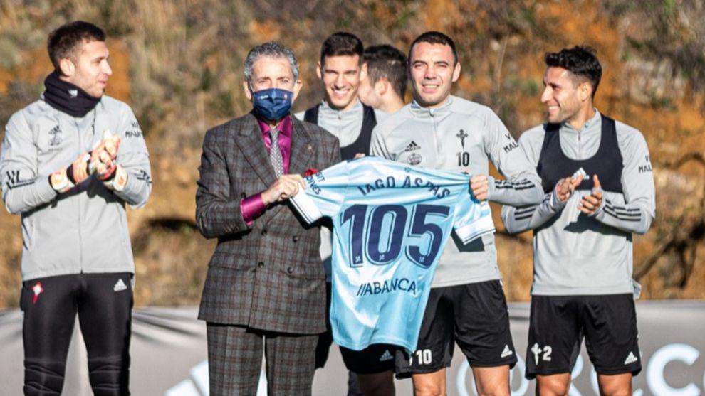 Iago Aspas recibe su camiseta por los 105 goles en primera con el...