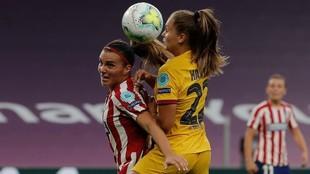 Alia Guagni puja por un balón con Lieke Martens en San Mamés el...