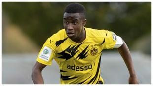 Youssoufa Moukoko conduce el balón con el Dortmund sub 19 ante el...