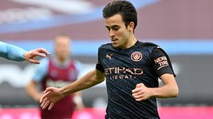 Eric Garcia en un duelo con el Manchester City.