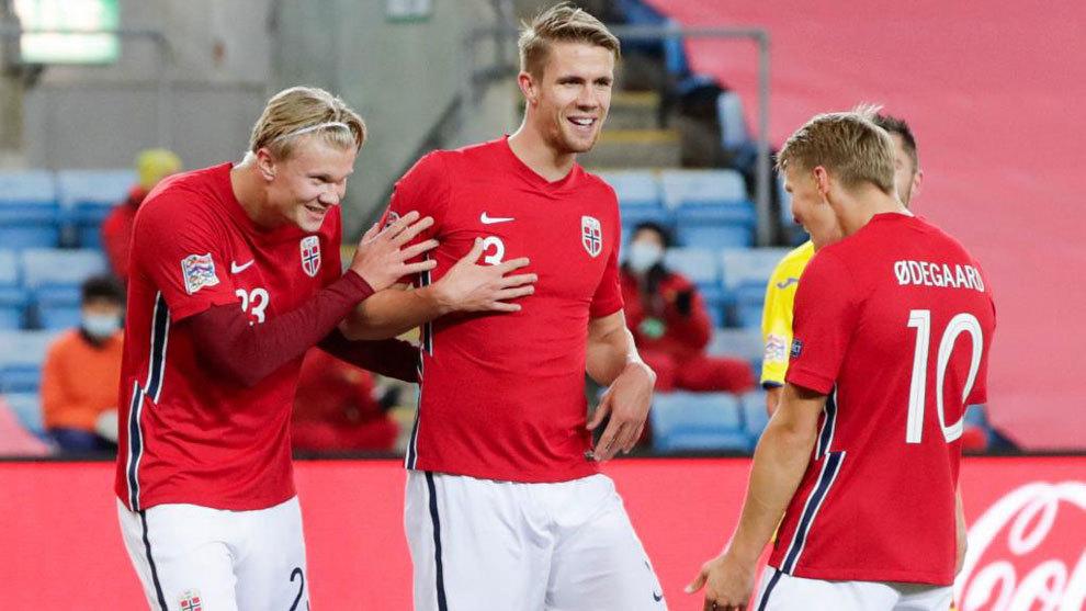 Haaland y Odegaard celebran un gol de Noruega.