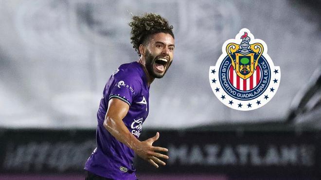 César Huerta en un duelo con el Mazatlán.