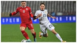 Luka Jovic protege el balón ante Daler Kuzyaev.