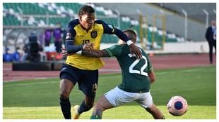 Gonzalo Plata se zafa de la marca de Henry Vaca ante Bolivia.
