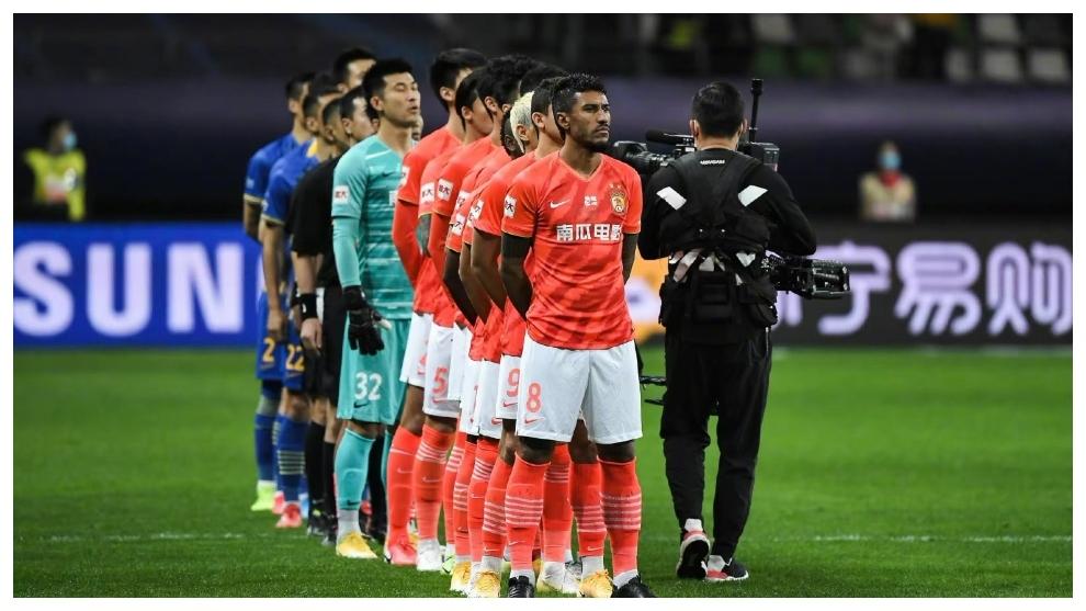 Paulinho escucha el himno nacional chino en la previa de la final...