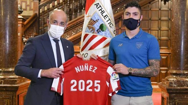 Unai Nuñez posa con la camiseta del Athletic tras renovar hasta 2025.