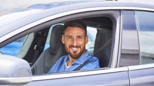 Aritz Aduriz, sonriente, en su vehículo particular.