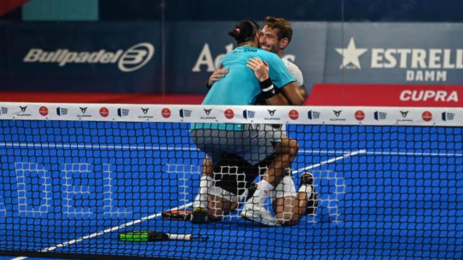 Alex Ruiz y Pablo Lijó se abrazan tras lograr la victoria ante una de...
