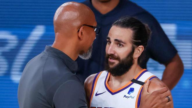 Ricky Rubio saluda al entrenador de los Suns Monty Williams tras un...