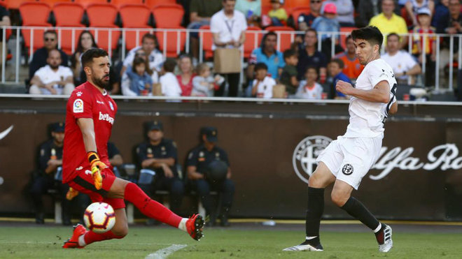 Soler marca a Pacheco en un Valencia-Alavés de la temporada 2018-19.