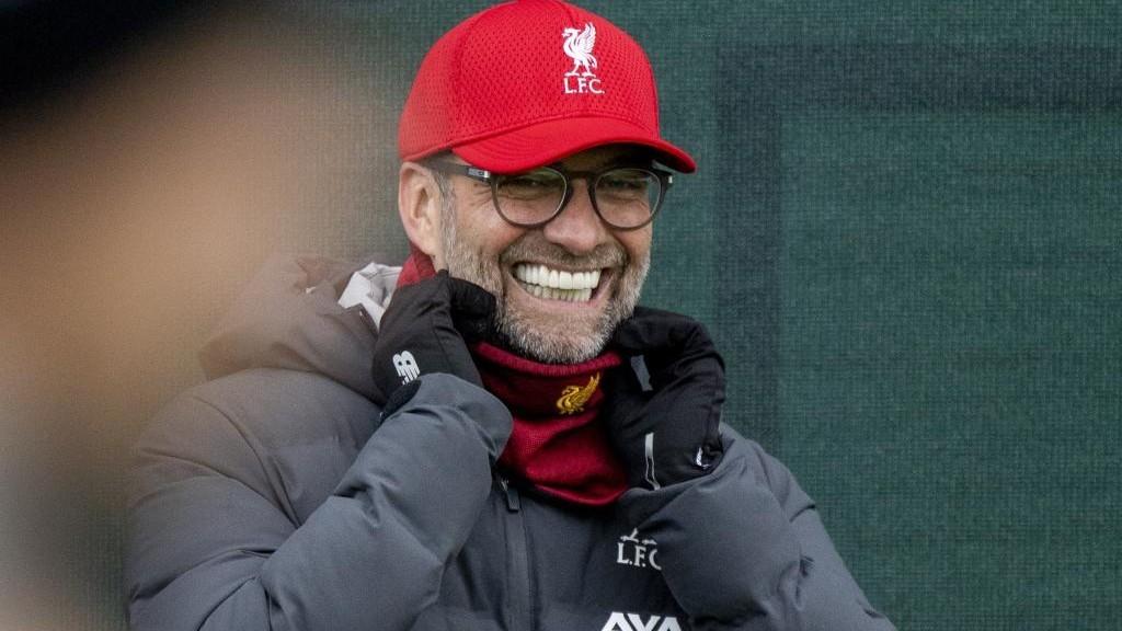 Klopp sonríe en un entrenamiento del Liverpool.