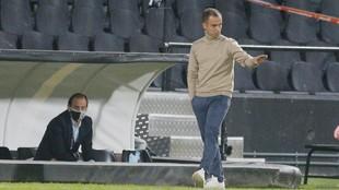 Borja Jiménez da una indicación en un partido.