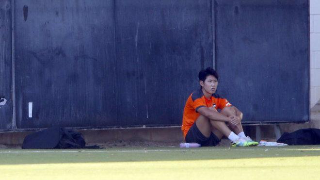 Kangin, sentado en una sesión del Valencia en Paterna.