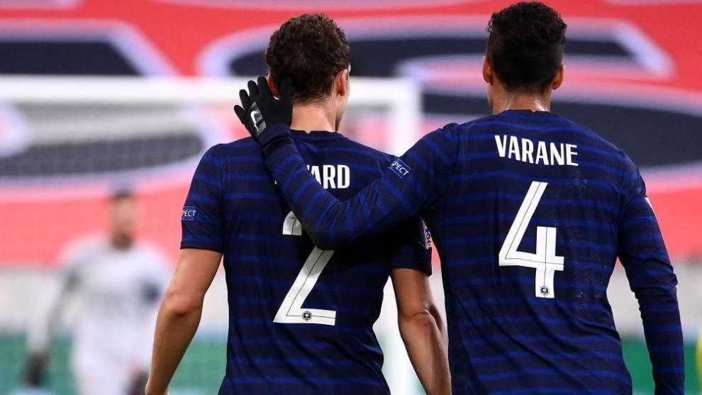 Varane, junto a Pavard en el último partido con Francia.