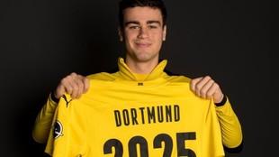 Giovanni Reyna, tras firmar la renovación de su contrato.
