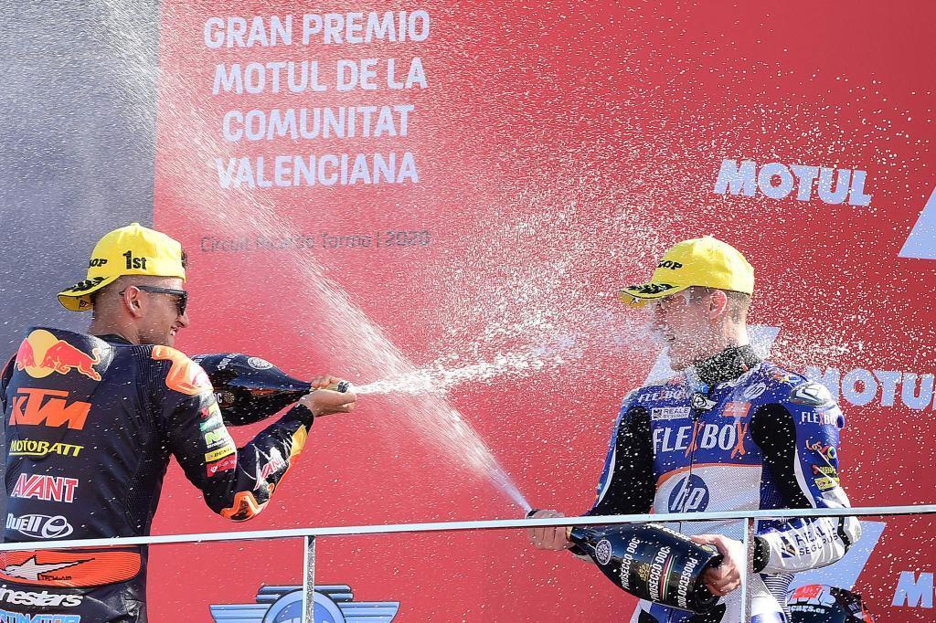 El piloto valenciano celebra su segundo puesto en el GP de Valencia.