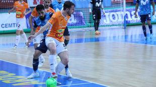 Javi Mínguez trata de proteger un balón ante la presencia de Eirc...