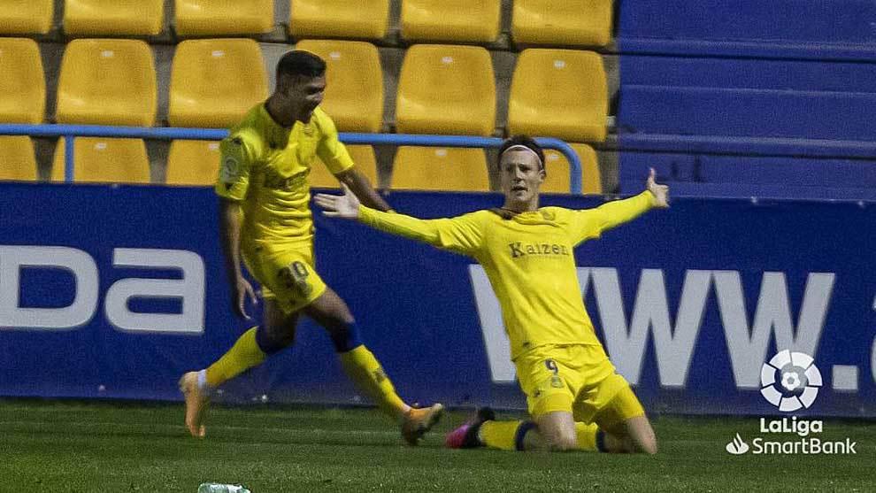 Marc Gual celebra el gol ante Samu Sosa, que poco después fue...