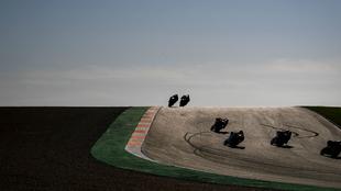 Varios pilotos, durante la primera sesión del libres en Portimao.