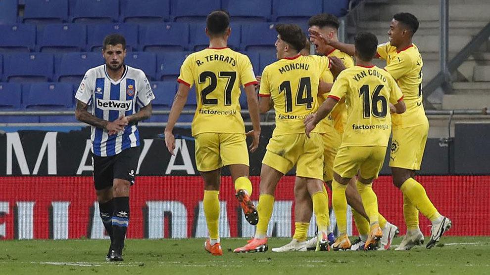 Los jugadores del Girona celebran un gol  ante la decepción de Fran...