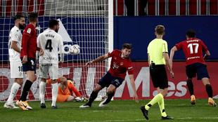 El defensa de Osasuna, David García, tras rematar ante el guardameta...