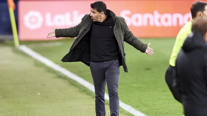 Míchel se lamenta de una acción durante el partido.