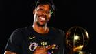 Howard posa con el trofeo de campeón de la NBA