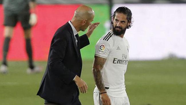 Isco charla con Zidane al descanso de un partido en Valdebebas.