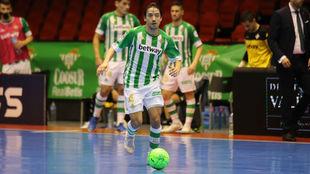Chaguinha, jugador del Betis, conduce un balón.