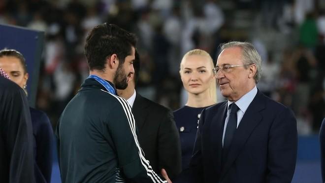 Florentino Pérez e Isco, en el momento de entrega de medallas en el...