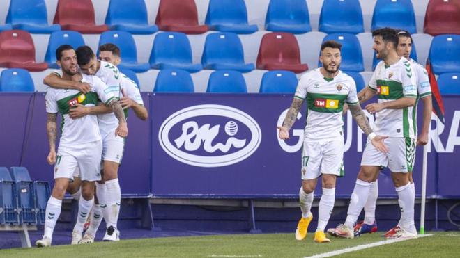 Los jugadores del Elche celebran el gol de Tete Morente.
