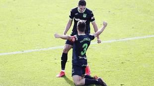 El capitán pepinero Bustinza celebra con Sabin Merino el primer gol...
