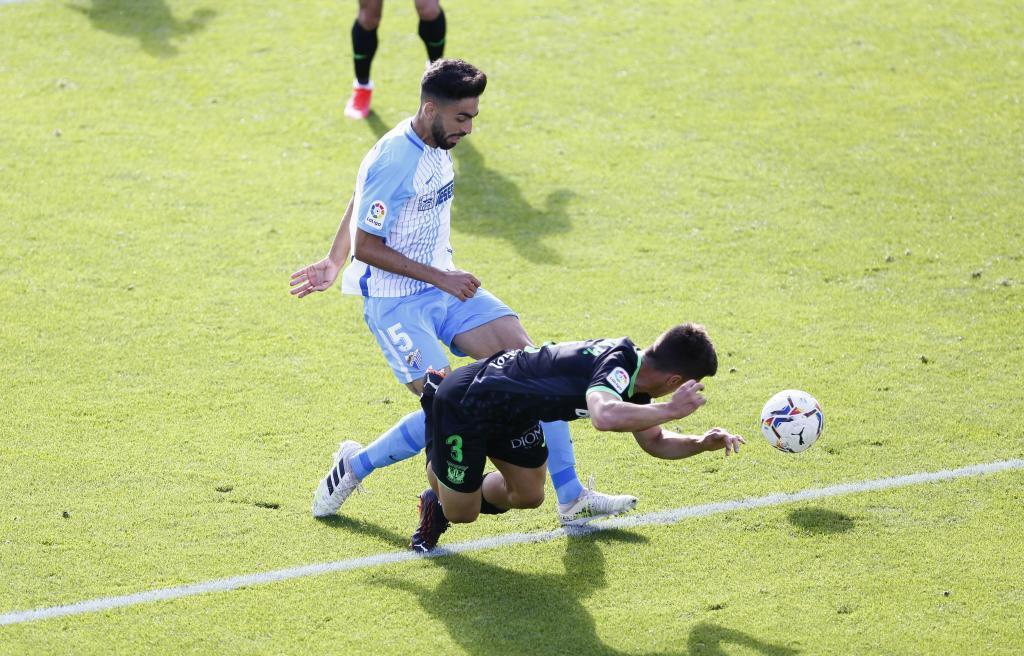 Juande, protagonista del partido, disputa un balón con Bustinza