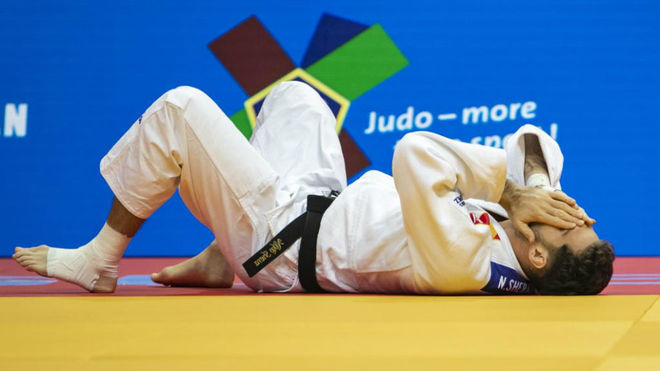 Niko Sherazadishvili se lamenta en el tatami del Europeo de Praga.