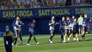 Los titulares del Real Madrid, calentando en el estadio de La...