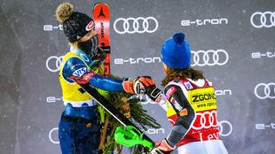 Mikaela Shiffrin saluda en el podio a la ganadora Petra Vlhova.
