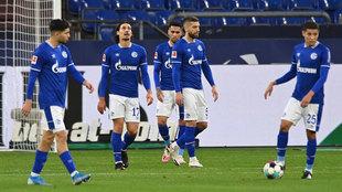 Los jugadores del Schalke se lamentan tras un gol encajado.
