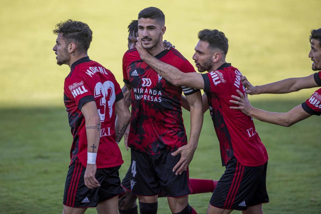 Los jugadores del Mirandés celebran el primer gol al Cartagena
