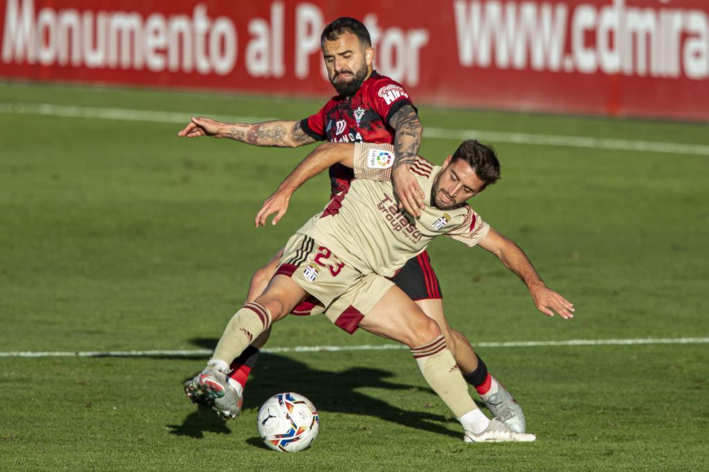 Nacho Gil intenta controlar el balón en Anduva