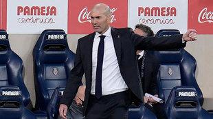 Zinedine Zidane, dando instrucciones a sus jugadores