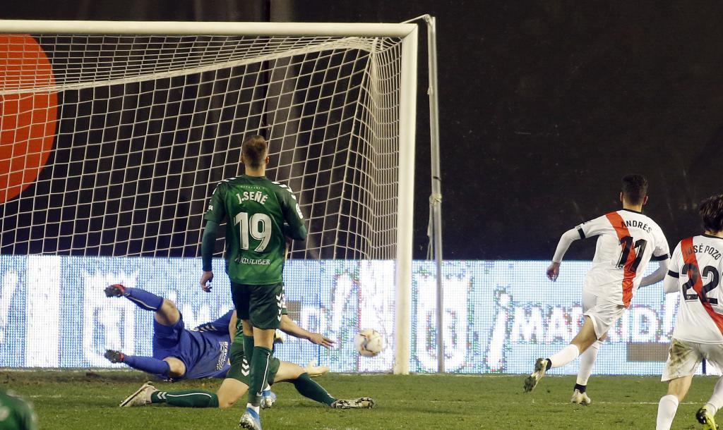 Andrés Martín dispara a puerta para marcar el segundo gol del Rayo
