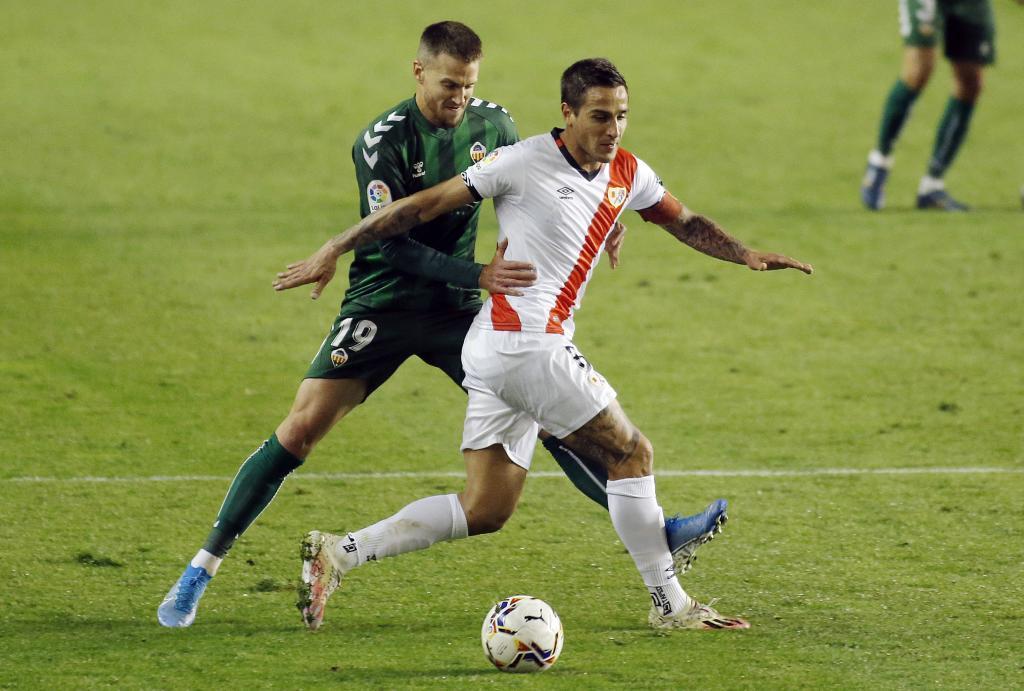 Señé presiona a Trejo en un momento del partido de Vallecas