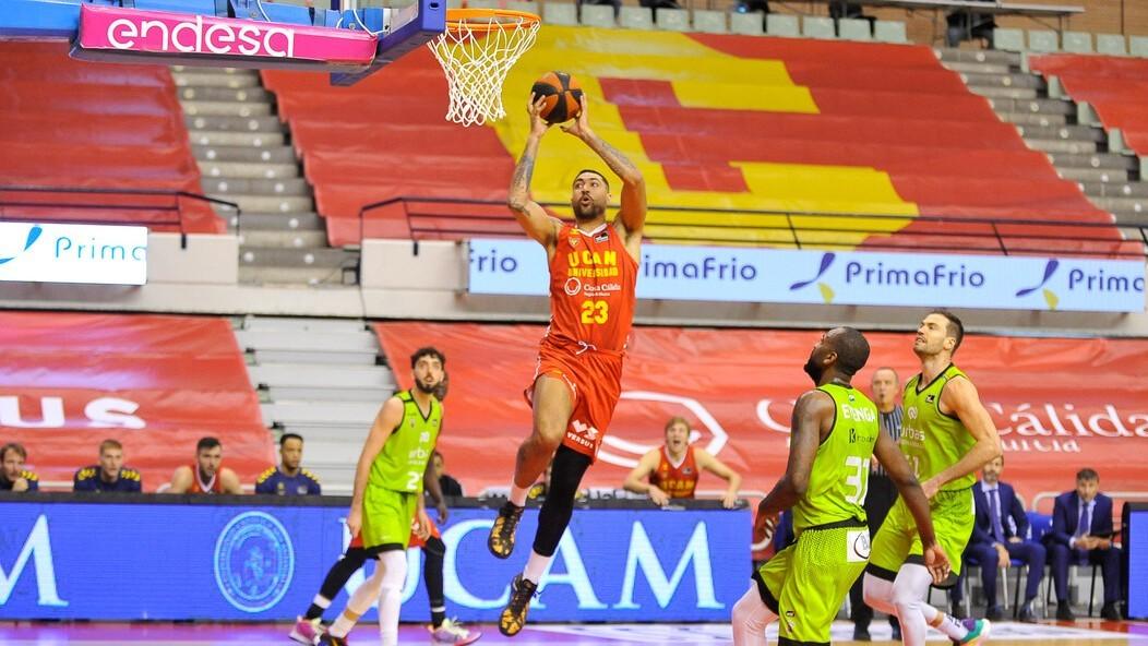 Augusto César Lima se dispone a hacer un mate en el partido ante el...
