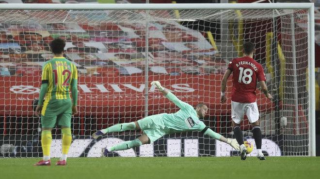 Bruno Fernandes lanza el penalti que le paró Johnstone.