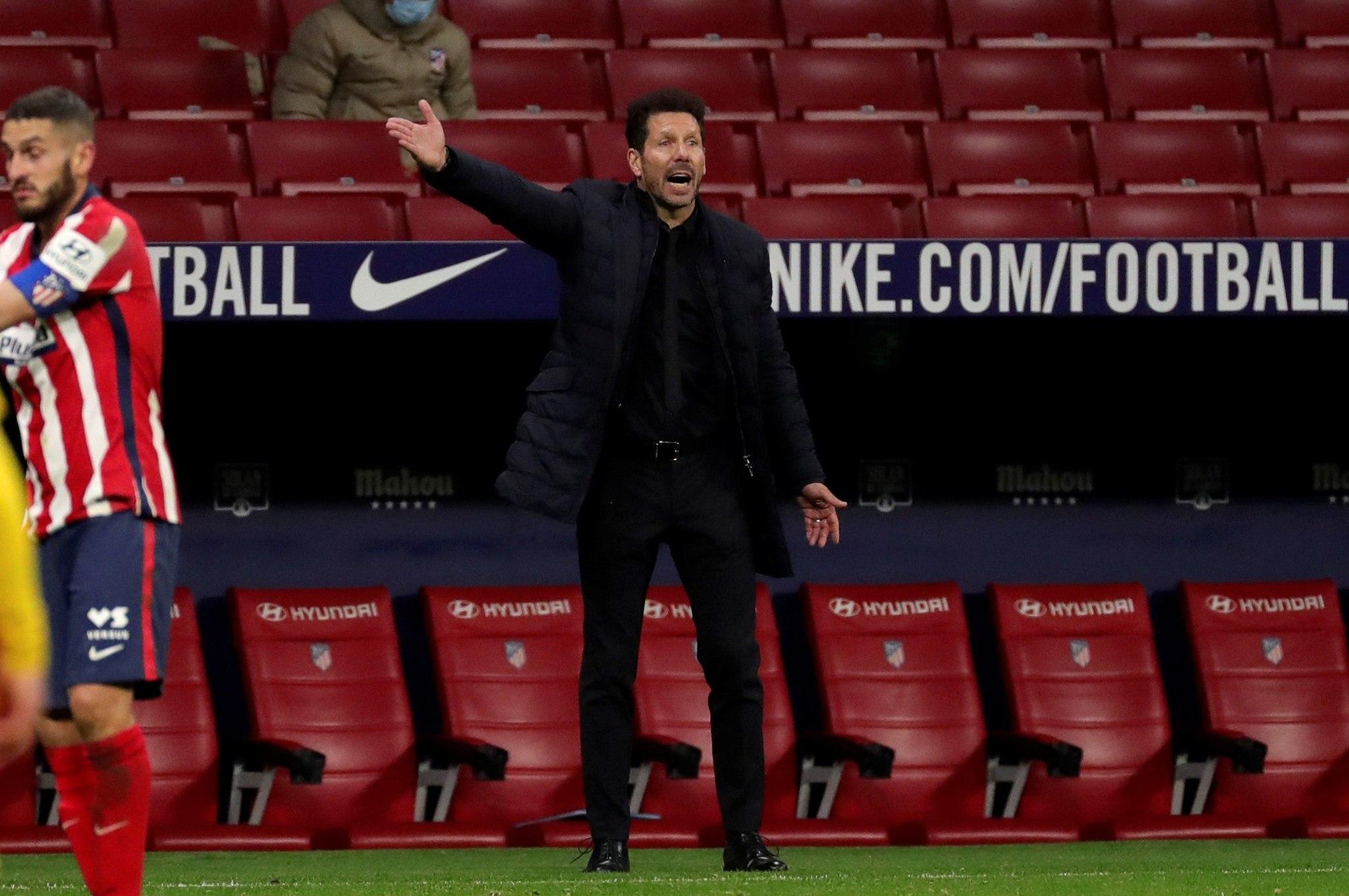GRAF3299. lt;HIT gt;MADRID lt;/HIT gt;, 21/11/2020.- El técnico brasileño del lt;HIT gt;Atlético lt;/HIT gt; de lt;HIT gt;Madrid lt;/HIT gt;, Diego Pablo Simeone, durante el encuentro correspondiente a la décima jornada de primera división que han disputado esta noche frente al FC Barcelona en el estadio Wanda Metropolitano, en lt;HIT gt;Madrid lt;/HIT gt;. EFE / Juanjo Martín