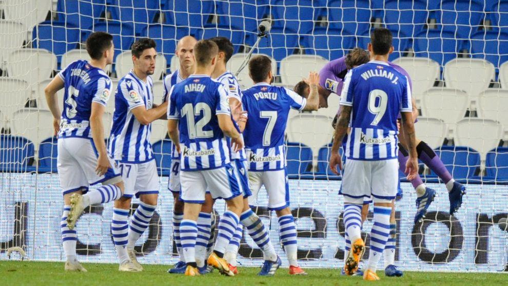 Los jugadores realistas celebran uno de los goles al Granada.