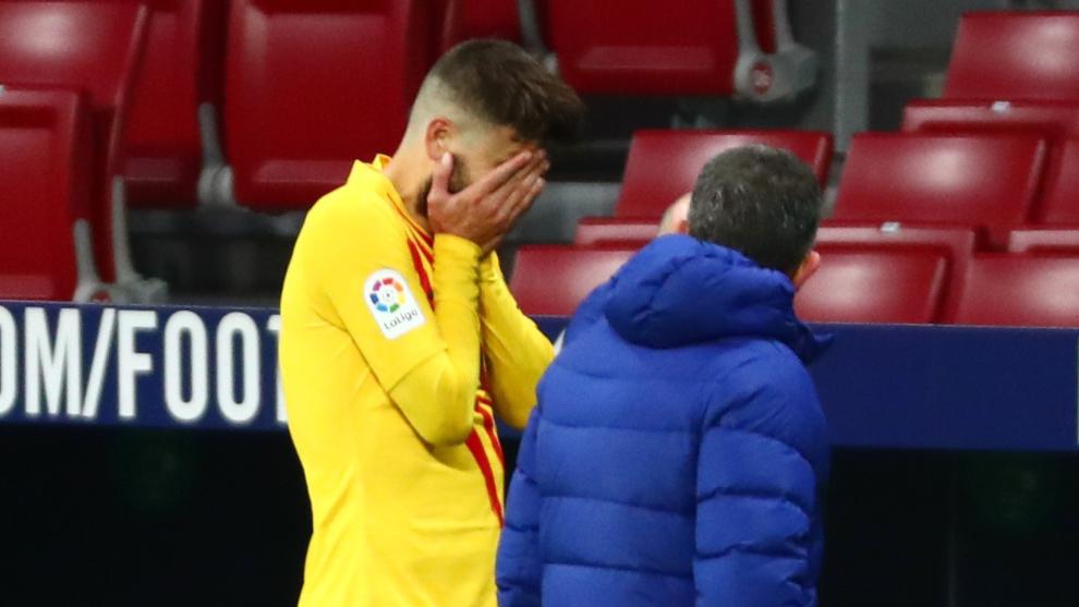 Piqué salió lesionado del partido entre Barcelona y Atlético de...