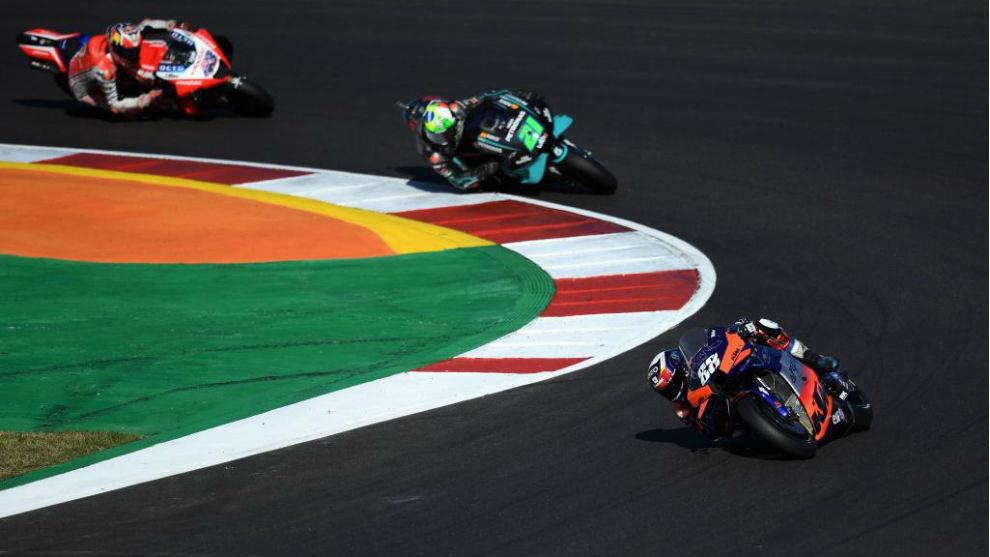 Miguel Oliveira lidera delante de Morbidelli y Miller.